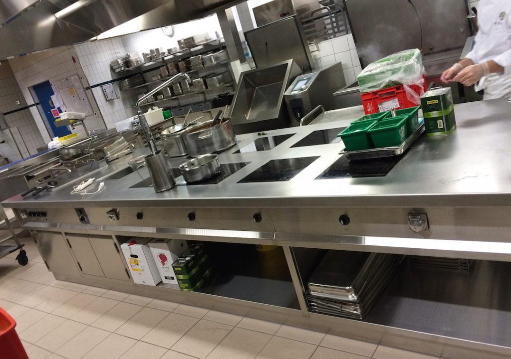 Baie libre, socle inox de finition, tableau de commande en retrait du plan de travail, colonne d'eau KWC Suisse | Meinen Cuisines Professionnelles SA, Genève